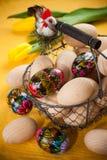 Ovos da páscoa em uma cesta Fotografia de Stock