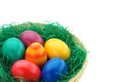 Ovos da páscoa em uma cesta imagens de stock royalty free