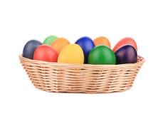 Ovos da páscoa em uma cesta. Foto de Stock Royalty Free