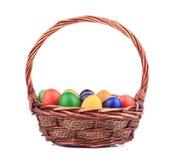 Ovos da páscoa em uma cesta. Fotografia de Stock