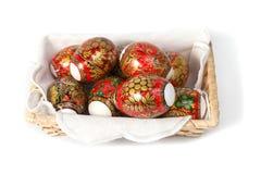 Ovos da páscoa em uma cesta Imagens de Stock