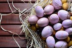 Ovos da páscoa em uma cesta de fio branca Fotos de Stock Royalty Free