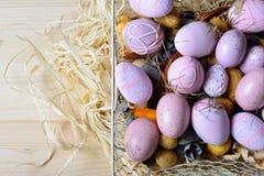 Ovos da páscoa em uma cesta de fio branca Foto de Stock Royalty Free