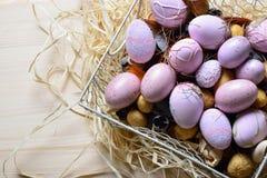 Ovos da páscoa em uma cesta de fio branca Imagem de Stock
