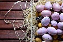 Ovos da páscoa em uma cesta de fio branca Fotografia de Stock Royalty Free