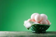 Ovos da páscoa em uma cesta de vime em um fundo verde Foto de Stock Royalty Free
