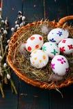 Ovos da páscoa em uma cesta e em ramos do salgueiro de bichano Foto de Stock Royalty Free
