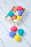 Ovos da páscoa em uma cesta no fundo de madeira rústico, imagem do foco seletivo, Páscoa feliz! Foto de Stock Royalty Free