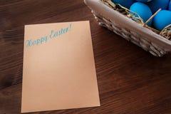 Ovos da páscoa em uma cesta no fundo de madeira rústico, imagem do foco seletivo, Páscoa feliz Fotos de Stock