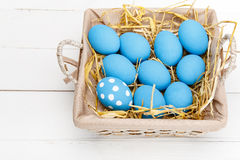 Ovos da páscoa em uma cesta no fundo de madeira rústico, imagem do foco seletivo, Páscoa feliz Fotografia de Stock Royalty Free