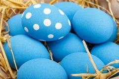 Ovos da páscoa em uma cesta no fundo de madeira rústico, imagem do foco seletivo, Páscoa feliz Imagem de Stock Royalty Free