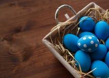 Ovos da páscoa em uma cesta no fundo de madeira rústico, imagem do foco seletivo, Páscoa feliz Foto de Stock Royalty Free