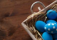 Ovos da páscoa em uma cesta no fundo de madeira rústico, imagem do foco seletivo, Páscoa feliz Foto de Stock