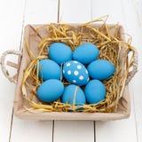 Ovos da páscoa em uma cesta no fundo de madeira rústico, imagem do foco seletivo, Páscoa feliz Imagem de Stock