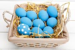 Ovos da páscoa em uma cesta no fundo de madeira rústico, imagem do foco seletivo, Páscoa feliz Fotografia de Stock