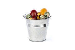 Ovos da páscoa em uma cubeta do metal Fotos de Stock