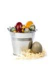 Ovos da páscoa em uma cubeta do metal Imagem de Stock