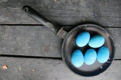 Ovos da páscoa em uma frigideira Foto de Stock Royalty Free