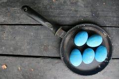 Ovos da páscoa em uma frigideira Imagens de Stock