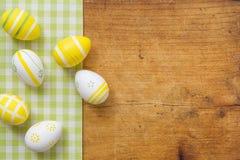 Ovos da páscoa em uma placa de madeira rústica Imagens de Stock