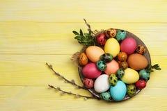 Ovos da páscoa em uma placa em um fundo amarelo Páscoa foto de stock royalty free