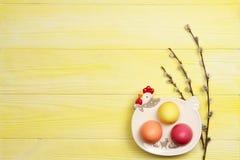 Ovos da páscoa em uma placa em um fundo amarelo Fotos de Stock