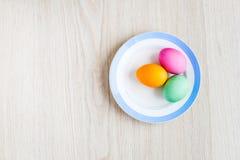 Ovos da páscoa em uma tabela branca na placa Fotos de Stock Royalty Free