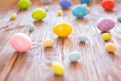 Ovos da páscoa em uma tabela de madeira rústica perspective foto de stock royalty free