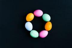 Ovos da páscoa em uma tabela preta Fotos de Stock Royalty Free