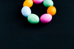 Ovos da páscoa em uma tabela preta Imagem de Stock