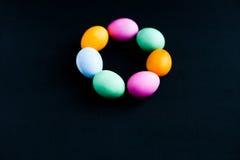 Ovos da páscoa em uma tabela preta Fotografia de Stock Royalty Free