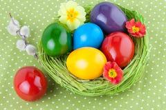 Ovos da páscoa em uma toalha de mesa verde Fotos de Stock Royalty Free