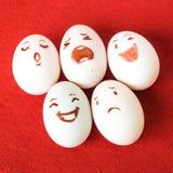 Ovos da páscoa engraçados com emoções diferentes em sua cara Imagem de Stock