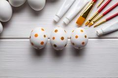 Ovos da páscoa, escovas e pinturas brancos e pintados Fotos de Stock Royalty Free
