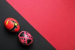 Ovos da páscoa feitos a mão étnicos perfeitos Decorado com testes padrões imagens de stock