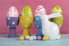 Ovos da páscoa felizes em uns copos de ovo do às bolinhas Foto de Stock Royalty Free