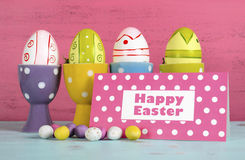 Ovos da páscoa felizes em uns copos de ovo do às bolinhas Fotografia de Stock