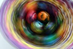 Ovos da páscoa Foto em efeitos do movimento durante o tiro Não processo do cargo Ovos pintados feitos a mão na cesta para a celeb Imagem de Stock