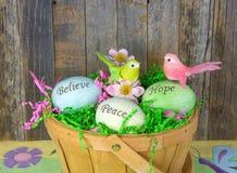 Ovos da páscoa inspirados na cesta fotografia de stock