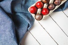 Ovos da páscoa matéria têxtil azul no fundo drapejado foto de stock royalty free