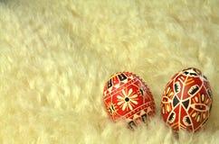 Ovos da páscoa modelados vermelho na pele de carneiro Imagens de Stock Royalty Free