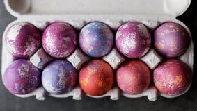Ovos da páscoa na caixa no fundo preto fotos de stock