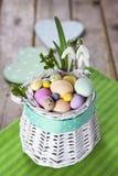 Ovos da páscoa na cesta branca Fotografia de Stock
