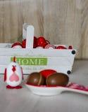 Ovos da páscoa na cesta branca grande Fotos de Stock