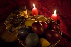 Ovos da páscoa na luz da vela Fotos de Stock Royalty Free
