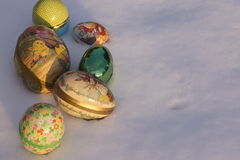 Ovos da páscoa na neve Fotos de Stock