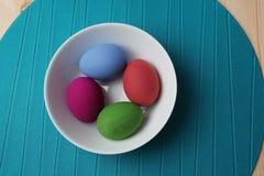 Ovos da páscoa na placa Imagens de Stock