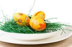 Ovos da páscoa na placa branca Fotografia de Stock Royalty Free