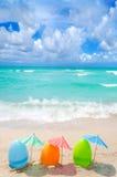 Ovos da páscoa na praia imagem de stock royalty free