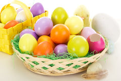 Ovos da páscoa nas cestas com pintainho Imagens de Stock